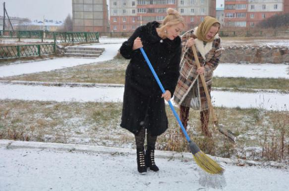 В Шадринске возмутились парадной одеждой депутата на субботнике