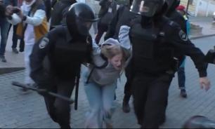 МВД: раскрытый СМИ сотрудник не бил девушку на митинге