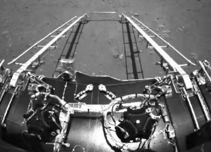 Китайский марсоход прислал первые после посадки снимки