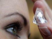 Девушка нашла в лифте пакет с бриллиантами