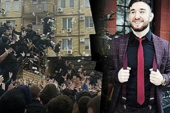Круче Жириновского: сын чеченского функционера осыпал деньгами толпу