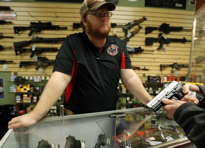 """Суд в США отменил """"неконституционный"""" возрастной ценз на продажу оружия"""