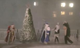 В посёлке Тикси зажгли новогоднюю ёлку. Деда Мороза чуть не снесло