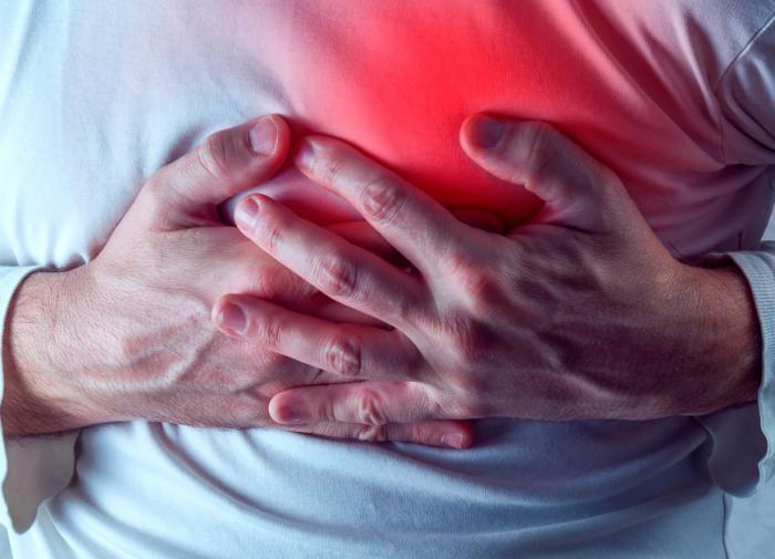 Давит и горит: при каких ещё симптомах в груди нужно бежать к врачу - Ардашев