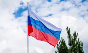 Школьников обяжут ежедневно поднимать флаг России