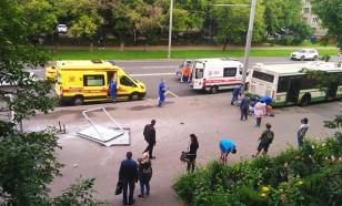 Опубликовано видео, как автобус протаранил остановку в Москве