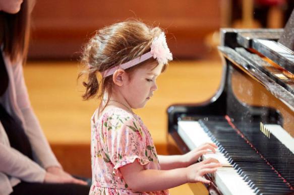 Игра на фортепиано улучшает слуховое восприятие у детей