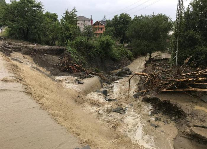 Девять погибших, 900 эвакуированных: наводнения в Турции не отступают
