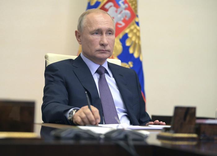 Путин отругал чиновников за отсутствие шапок