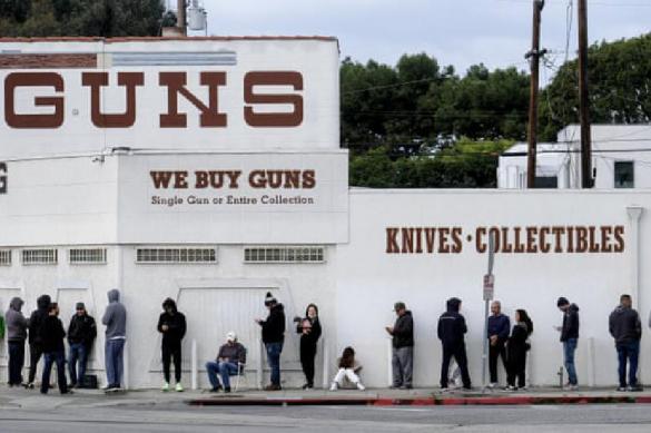 В США на фоне угрозы пандемии и кризиса люди закупают оружие и патроны