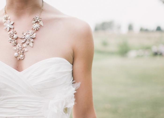 Невеста выгнала сестру со свадьбы из-за ее большой груди