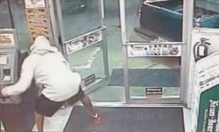 """Попытка техасских грабителей  """"угнать"""" банкомат из  магазина закончилась провалом"""