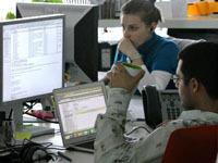 Мужчины флиртуют в офисе от скуки.
