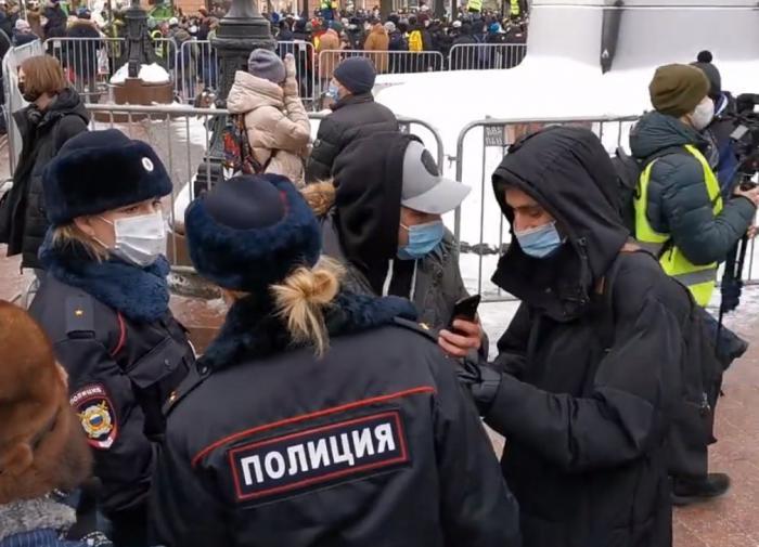 """Как """"Новая газета"""" """"задержала"""" экс-игрока """"Ливерпуля"""" в Москве"""