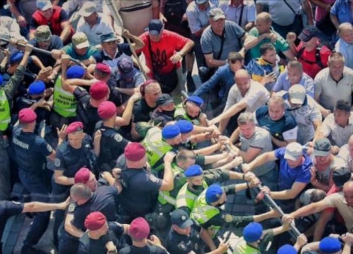В Киеве пенсионеры-силовики штурмуют Раду. В ответ - слезоточивый газ