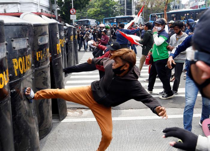Протесты в Индонезии становятся всё более ожесточёнными