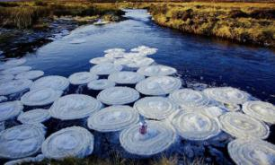"""В Шотландии река покрылась гигантскими ледяными """"блинами"""""""
