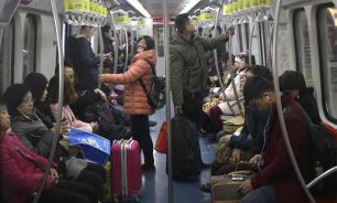 ИноСМИ: В китайском метро могут запретить излишне страстные поцелуи