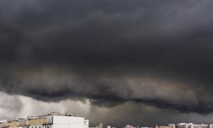 Ураганный ветер снес овощную палатку в Москве