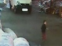 Сбитая двумя машинами девочка умерла в Китае (+видео).