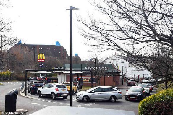 В Британии километровые очереди выстроились в McDonald's