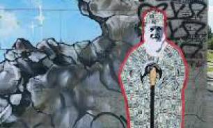 В Екатеринбурге закрасили граффити патриарха Кирилла в рясе из долларов