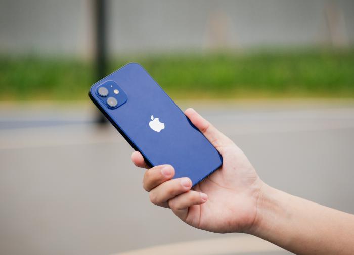 """Социологи: владельцы iPhone богаче и умнее """"андроидоводов"""""""