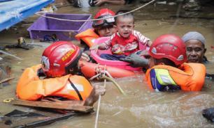 В результате наводнения в Индонезии погибло 43 человека