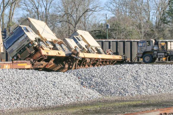 В США сошел с рельсов поезд, перевозивший военную технику
