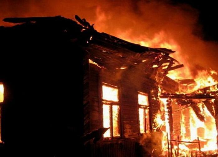 Псковские полицейские спасли мужчину из горящего дома