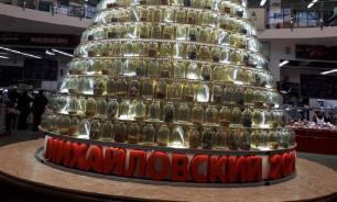 Елку из трехлитровых банок поставили на рынке Тюмени