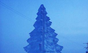 Директор якутского сельского клуба сделал необычную елку изо льда