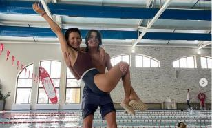 Екатерина Климова забралась в купальнике на руки к 14-летнему сыну