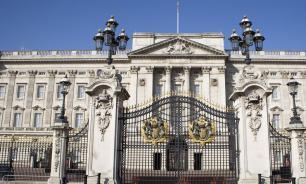 Официант сел в тюрьму за кражи вещей из Букингемского дворца