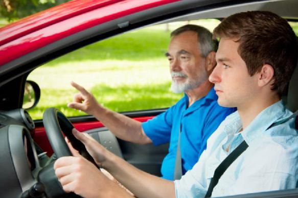 """Подростки смогут водить машину, если """"штурманом"""" будет взрослый"""