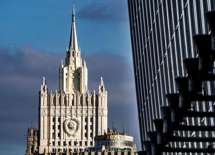 Из главного здания МИД РФ вынесли  млн в коробке из-под водки