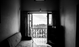 Пьяная мать из Новосибирска закрыла на балконе годовалую дочь