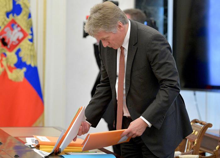 """Песков - о губернаторах: болеют, потому что не могут """"запереться дома"""""""