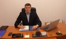 """Депутат назвал табличку """"Денег нет и не будет"""" на своем столе """"обычным сувениром"""""""