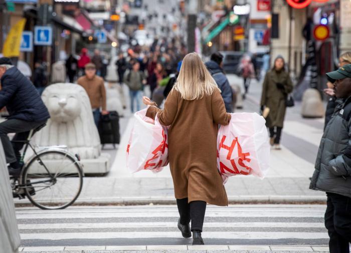 Власти Швеции не вводят масочный режим. Оппозиция негодует