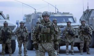 """Солдаты НАТО провели """"плясовые учения"""" на крыше латвийского такси"""