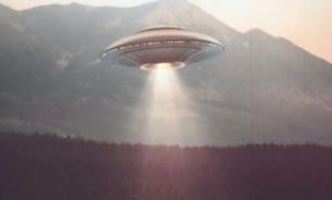 В США запечатлели на видео следующий за пассажирским самолетом НЛО