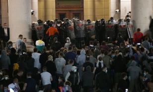 В Белграде толпа протестующих штурмовала парламент