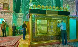 Смертельный флешмоб: иранцы, отрицая коронавирус, лижут стены храмов