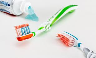 Американский стоматолог раскрыл опасность зубных щёток