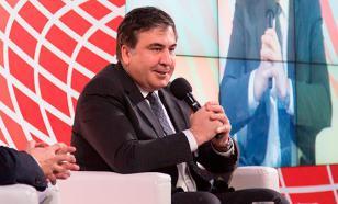 Ужимки и прыжки: интернет обсуждает странные движения Саакашвили