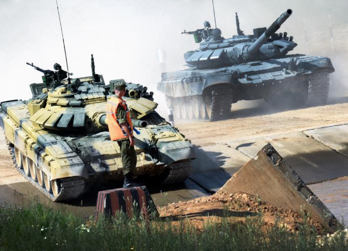 """Шойгу проехался по трассе для """"АрМИ-2021"""" на танке Т-80"""