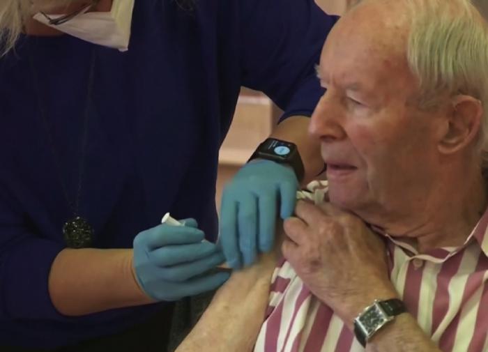 Михаил Мурашко: для пожилых людей вакцинация должна быть тотальной