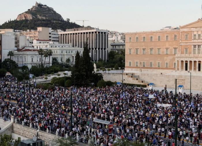 Греция протестует против COVID-ограничений и вакцинации подростков