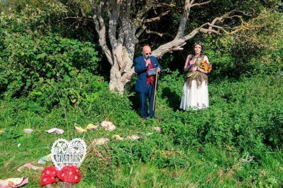 Британка вышла замуж за дерево, чтобы спасти парк